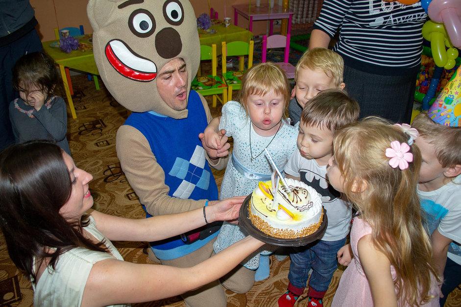 Мимимишки выносят торт детям на празднике
