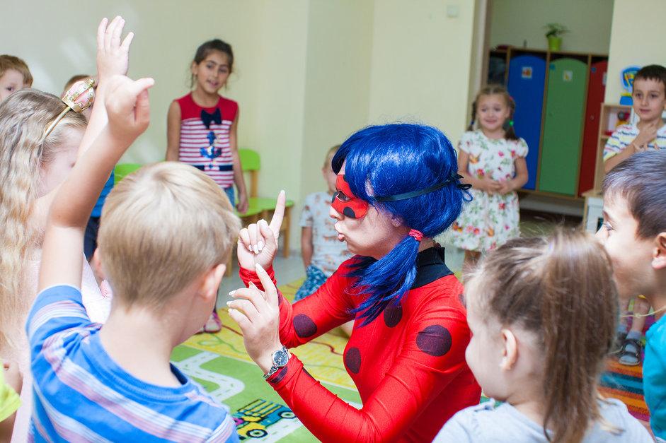 Леди Баг развлекает детей на празднике