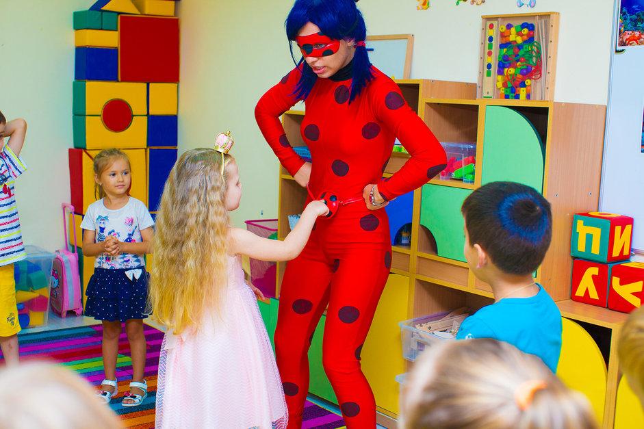 Девочка играет с аниматором Леди Баг