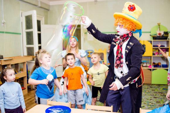 Шляпник и шоу мыльных пузырей