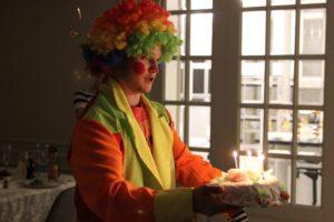 Клоун дарит торт на праздник