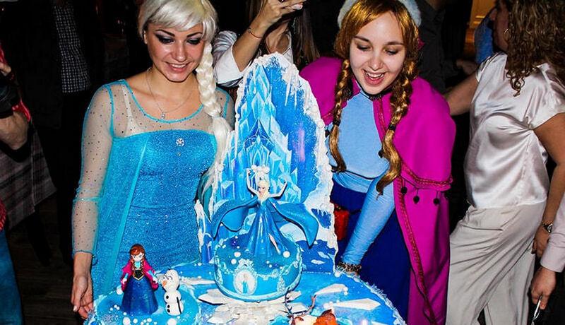 аниматоры выносят торт